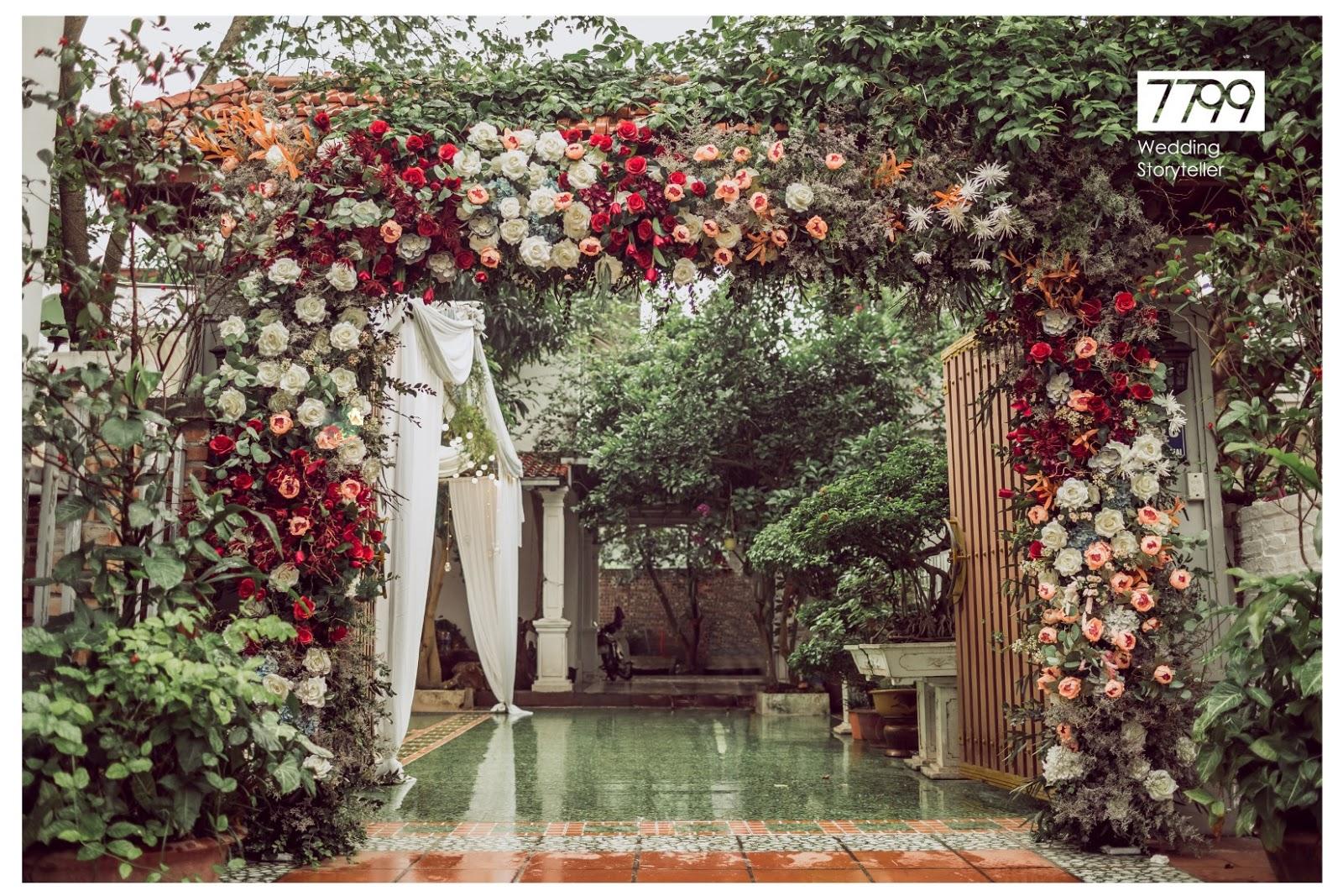 Cổng hoa cưới màu đỏ