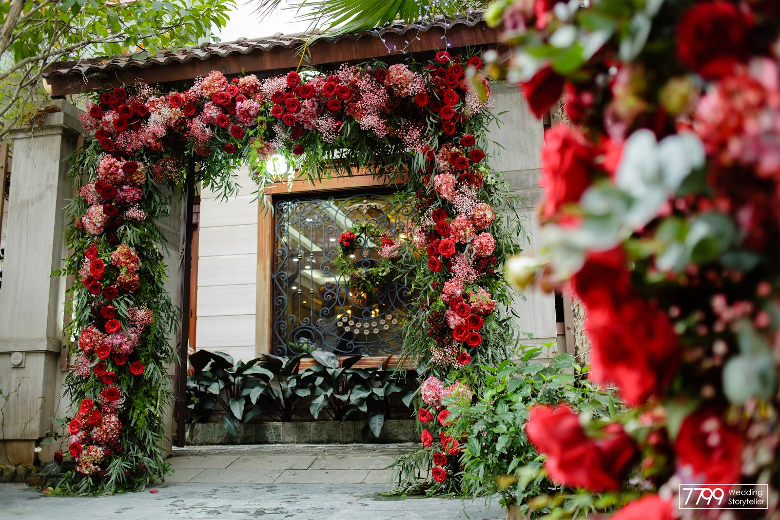Mẫu cổng hoa cưới màu đỏ Aurora