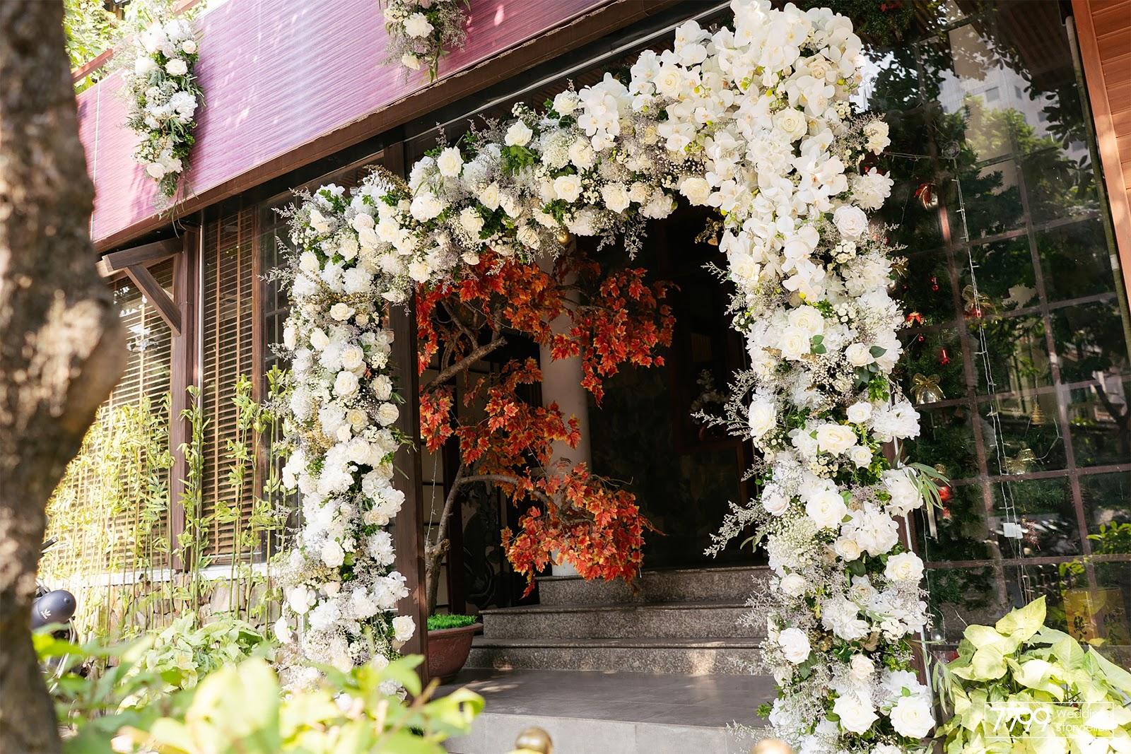 Mẫu cổng hoa cưới màu trắng Mystic White
