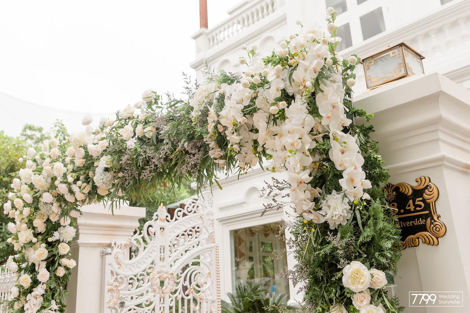 Mẫu cổng hoa cưới màu trắng